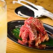 【うしHAJIME】のイチオシメニューでもある『HAJI肉』は、肉を整形する際に出る「端っこ」の部分を集めたもの。蔵王牛を一頭買いしている同店ならではのメニューです。時にはサーロインなどプレミア部位も入るとか。