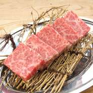 蔵王牛一頭買いで幅広い部位を楽しめる同店でも、肉のコクととろけるような舌触り、深い甘みを堪能できるのが『特上カルビ』。脂の旨さと赤身の旨さをあわせもつ、蔵王牛本来の美味しさをぜひ堪能してみて。