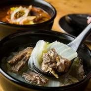 赤白2種がラインナップされている同店自慢のスープから、白の『野菜スープ』は柚子胡椒が香るあっさり味。牛すじと野菜をじっくり煮込んだ深い旨みと、軽やかな味わいが楽しめます。蔵王牛焼肉との相性も抜群!