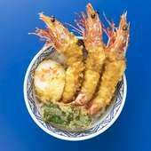 車海老の天ぷらは丼からはみ出るボリューム。半熟卵を絡めて