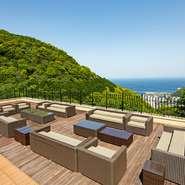 緑に囲まれた高台の、とても静かな環境にあるレストランです。海を望む広々としたテラスでは、春夏秋冬その季節ならではの風を感じ、ゆったりと時を過ごせる貴重なお店。海の青さや空の広さ、存分に感じてみては。