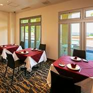 宿泊もできるゲストハウスとSPA(温泉)を併設しているので、ゆっくりと食事を楽しんだ後、宿泊することも可能です(要予約)。大切な記念日にサプライズで海の見える特別なレストランへ…。素敵ですね。