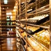 ワインセラーに並んだ数多くのワインボトル