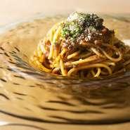 人参、ゴボウ、玉ねぎなど地元、千葉の有機野菜をベースに、たっぷりの牛肉とあわせたボロネーゼ。トリュフの香りがアクセントになって、食欲をそそります。ローマ教皇の会食にも提供された一皿です。