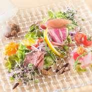 カラフルな有機野菜の横にあるドーム型のガラス。これを持ち上げると、なんと瞬間的に食材がスモークされます。このアッと驚く演出が楽しくて、オーダーする人も多い看板メニューです。