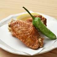 串焼き以外の一品料理も用意。カラっと香ばしく揚げた手羽先はお酒のお供にもピッタリなメニュー。焼鳥とはまた異なる鶏のおいしさで楽しませてくれます。
