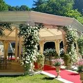 木々が生い茂り、花々が咲き誇る庭と共にフランス料理を