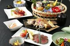 厳選したA5ランク「山形牛」と豪華「鮑」をご用意。料理長渾身の季節の高級食材を盛り沢山会席で