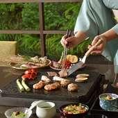 華やかにスパークリングワインで乾杯した後はいつもと少し違った雰囲気のお料理「富士山の溶岩焼き」に舌鼓