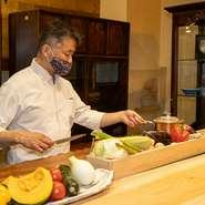個室では、予約段階で好みの食材をオーダーしておき、食材を確認しながら料理人に調理法を指示する完全オーダーメイドの料理が楽しめます。2時間半でドリンク付き、1人15000円~。誕生日ケーキもオーダーOKです。