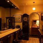 完全予約で6人まで入室可能の個室では、洋時計や茶箪笥、水墨画の掛け軸など、古きよき時代を感じさせるアンティークな調度品に囲まれて、ゆったりくつろげます。