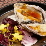 季節ごとに産地を変えて、その時季に一番おいしい牡蠣を全国から取り寄せています。海のミルクのような濃厚な味わいは生のままいただくのがベストですが、リクエストに応じて焼き牡蠣などへのアレンジもOKです。