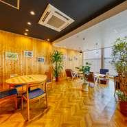 使い方で表情を変える美しい木目、奈良の吉野杉を使用した店内