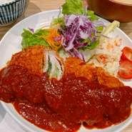 奈良の伝統野菜「大和丸なす」をたっぷり食べられる一品。馬路村ポン酢と八方だしを合わせた自家製ポン酢だしを使った揚げ浸しは、さっぱりした味わいです。定食にはご飯・お味噌汁・小鉢が付いています。