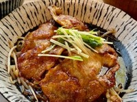 大和大鉄砲大豆で作られたお豆腐をカリッと揚げました。豚肉や季節の野菜と一緒にお出汁でお召し上がりください。