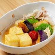 奈良の在来大豆である「大鉄砲大豆」は、地元の豆腐店「三木食品」が種をまき復活させたものです。種まきに参加した黒田氏にとって思い入れのある素材。豆腐を揚げ出しにし、たっぷりの野菜とともにいただきます。