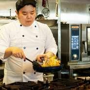常に熱々で出来立ての料理を食べてもらうことを心掛けているという黒田氏。味噌汁も保温ポットは使わず、一杯ずつ鍋で温め提供されています。家庭では当たり前のことを、店でも当然のこととして行っているそうです。
