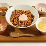 鉄板で香ばしく焼き上げます!!こだわりの太麺に、ソースはこってりと粉カツオで香り良く仕上げ、塩はあっさり干しエビで香り良く仕上げた、どちらも食べごたえ十分な逸品。