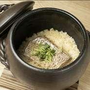 ふっくら、炊き立ての『炊かれたい男』をめざし、三重県四日市市の萬古焼きの土鍋でじっくり炊きます。土鍋で炊き上げた鯛めしは格別な美味しさ、炊いているときから香り漂い蒸された鯛はふっくら…。