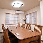 和やかなムードを演出してくれる、ウォールナットテーブルの個室