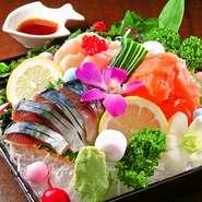 市場より毎朝仕入れる新鮮な海の幸は、その日のうちに皆さまへお届けいたします。玉手箱に盛られたボリューム満点で彩り綺麗なお刺身はテーブルを華やかにしてくれます。写真映えもばっちりです!