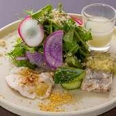 色彩豊かに盛付けられた、見た目にも美しい『旬の食材を使った前菜』