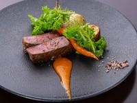 滋賀県サカエヤで手当てされた、経産牛を使用してます。こだわりの肉に纏う熟成香とともにお楽しみくださいませ