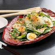 アボカドと新鮮野菜をふんだんに使用した、ボリューム満点のフレッシュサラダ。3~4人で、シェアしながらどうぞ! お一人様であれば、ハーフサイズも可能です。