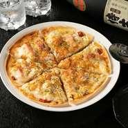 サクサク食感のクリスピーピザ。一枚軽く食べられるので一人で食べてもいいですが、シェアしながら色々な種類を食べることをオススメ。自家製のピザソースは、そのおいしさが絶品です。