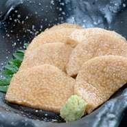 「山芋」は、素材そのものの味が淡白なので、どの味付けにも馴染みやすく、どの料理にも染まりやすい食材。料理人の得意な食材として、お店でも良く使われます。メニューにないものも、気軽にリクエストを!