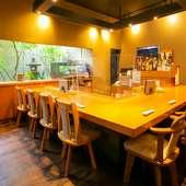 厨房を臨めるカウンター席は、デートやお一人様も大歓迎